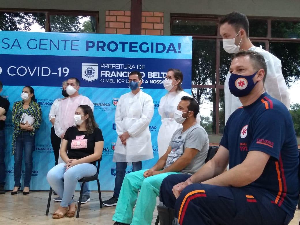 Primeiros profissionais de saúde são vacinados em Francisco Beltrão